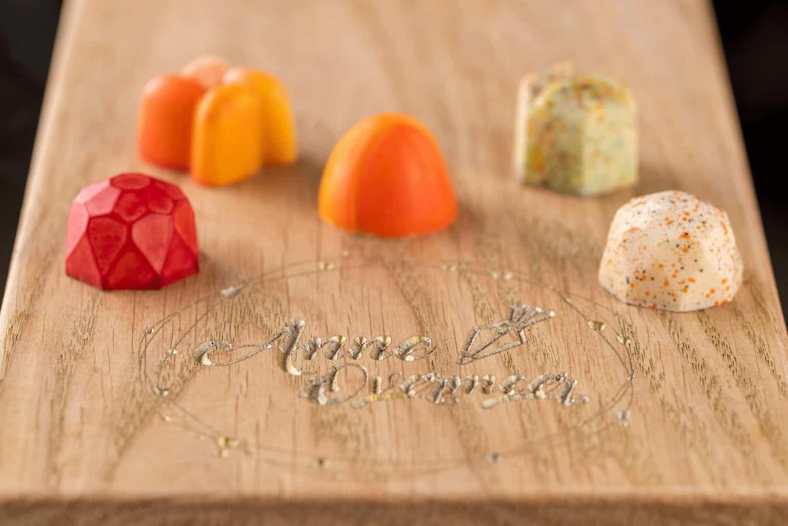 productfotografie sfeerfotografie chocolade witte chocolade anne overmeer oranje rood - Productfotografie van chocolade