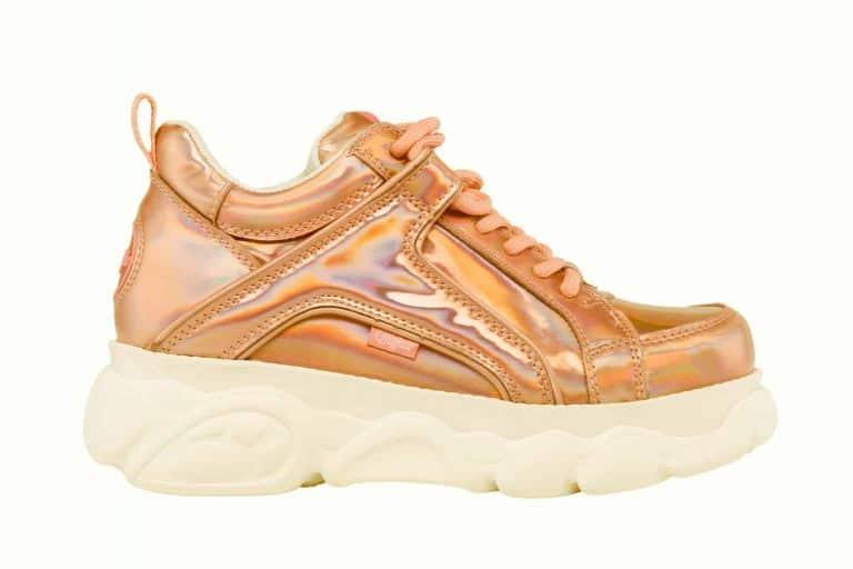 productfotografie packshot schoenen buffalo platform kleurzweem regenboog lak roze 768x512 - Productfotografie van schoenen