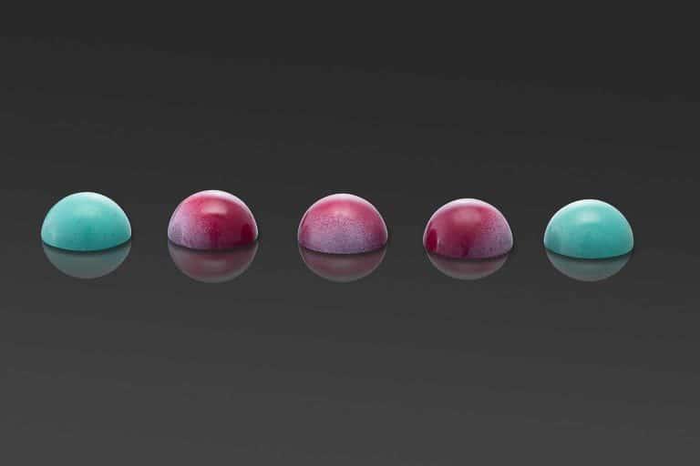productfotografie packshot chocolade luxechocola chocolaterie chocolaatjes spiegeling bolvormig paars blauw 768x512 - bewerken van productfoto's