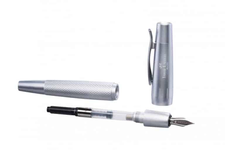productfotografie packshot pennen vulpen vooraanzicht witte achtergrond grijs 768x513 - productfotografie van pennen